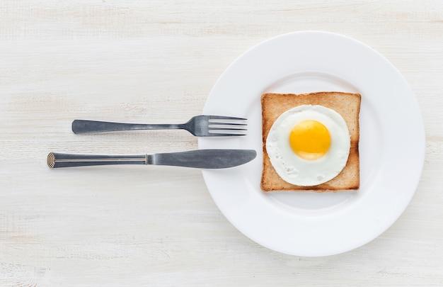 Uovo fritto su pane tostato