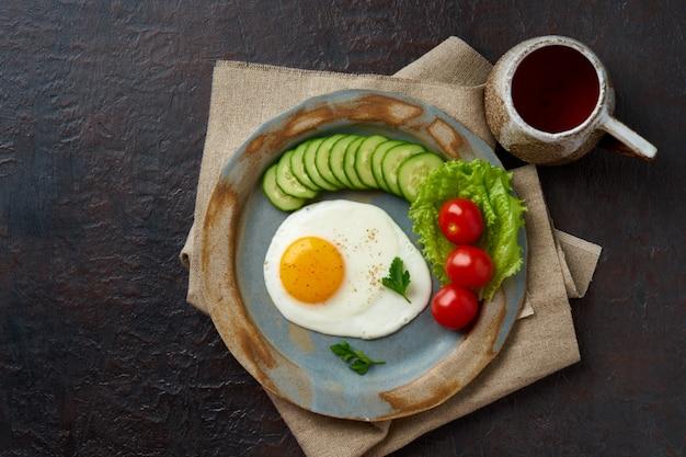 Uovo fritto, verdure dieta paleo, keto, fodmap. copia spazio, vista dall'alto