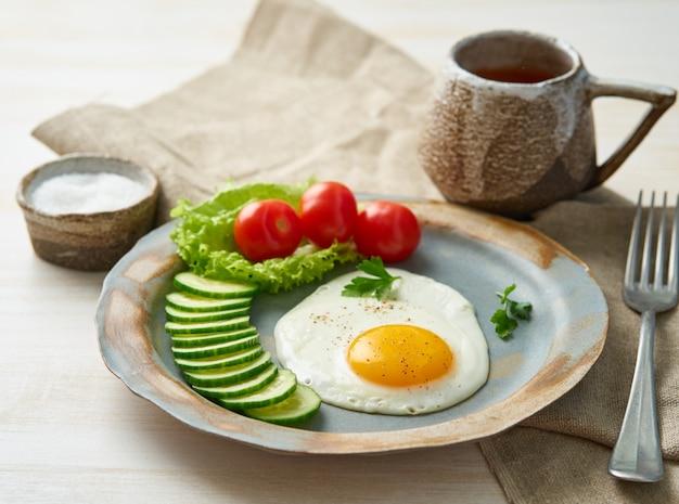 Uovo fritto, verdure dieta paleo, keto, fodmap. copia spazio, vista laterale. concetto di dieta sana