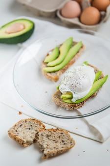 Uovo in camicia con avocado