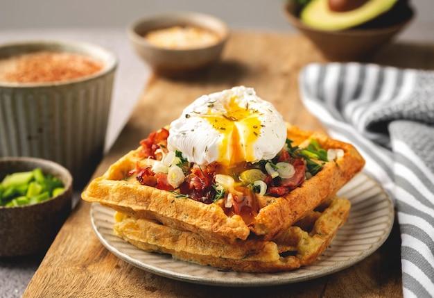 Uovo in camicia su cialde belghe, caffè, gustosa colazione, primo piano