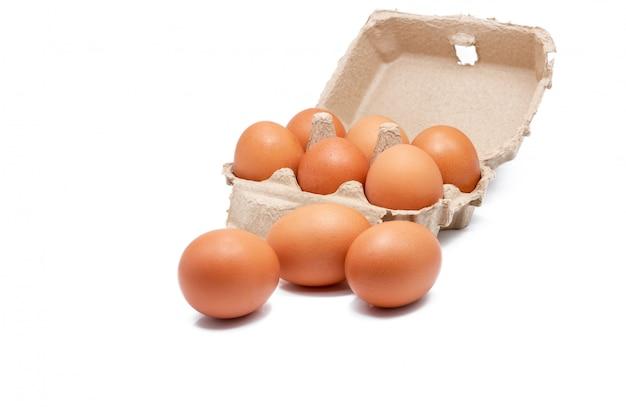 Uovo in scatola di carta isolata. uova in cartone.