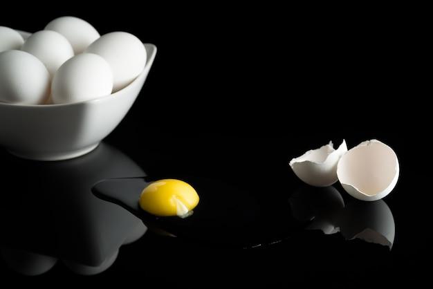 Uovo rotto in nero