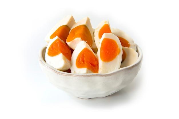 Uovo salato sul piatto isolato