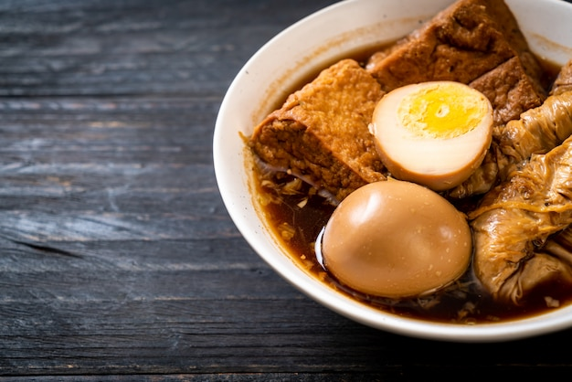 Uovo sodo in salsa marrone o sugo dolce