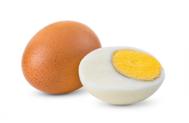 Uovo sodo isolato su bianco
