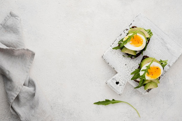 Uovo sodo su un tagliere