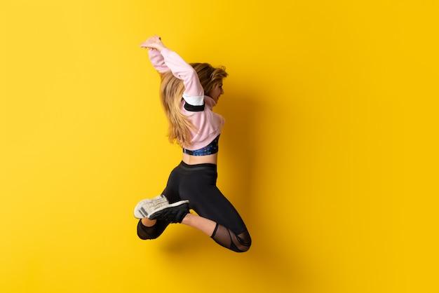Urban ballerina che balla e salta