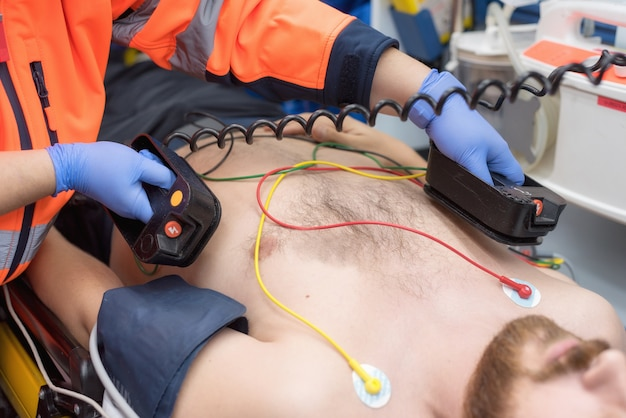 Urgenza medica in ambulanza medico di emergenza con defibrillatore