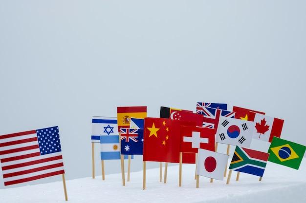 Usa cina e bandiere di paesi diversi. è il simbolo della prima politica americana e della guerra commerciale tariffaria.