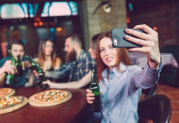 Usa gli amici del gruppo di foto con selfie per cellulare