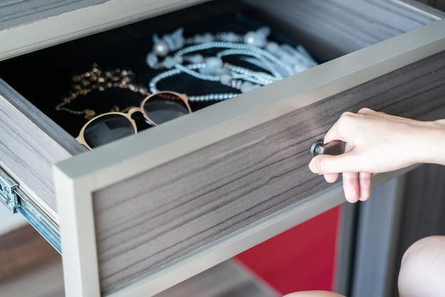 Usa il cassetto aperto aperto a mano in legno, accessori e gioielli all'interno.