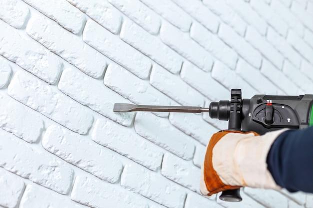 Usa il trapano a percussione per forare il muro