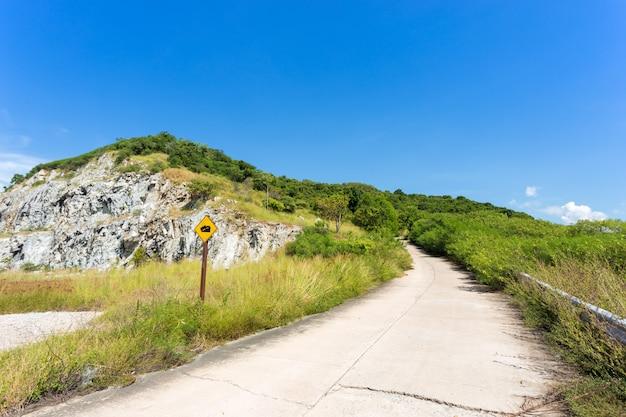 Usa la marcia bassa nel segnale stradale sulla montagna