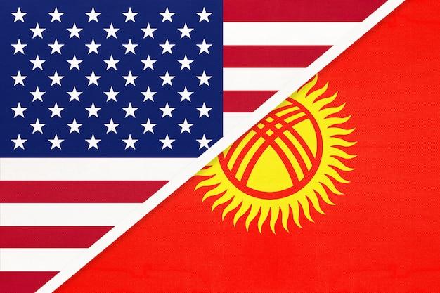 Usa vs kirghizistan bandiera nazionale dal tessile. rapporto tra due paesi americani e asiatici.