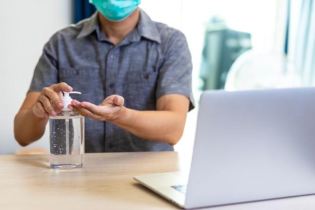 Usando il gel disinfettante per le mani, le mani di pulizia funzionano da casa