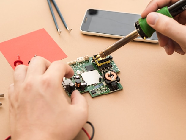 Usando il saldatore su un circuito