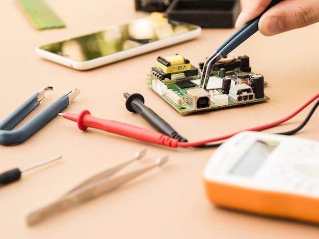 Usando le pinze su un circuito