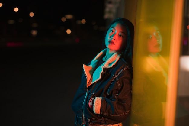 Uscendo concept con ragazza di notte