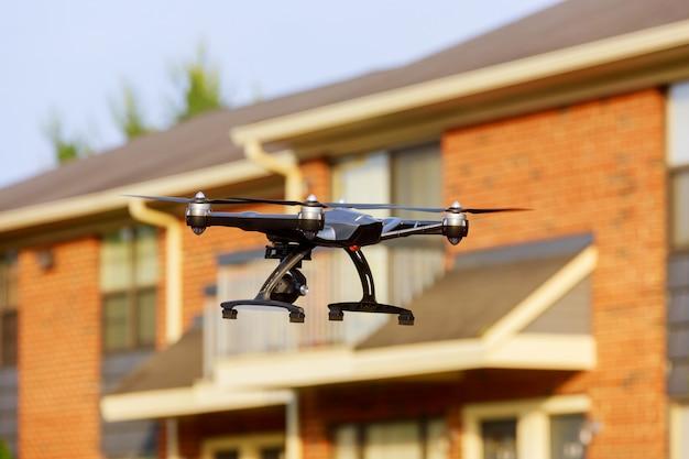 Uso di drone. protezione della proprietà privata o controllo immobiliare