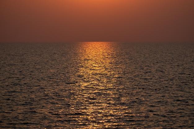 Uso drammatico del fondo del paesaggio della riflessione di alba e di tramonto per progettazione della copertura o dell'insegna.
