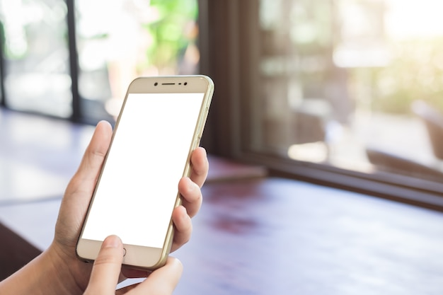 Uso femminile telefoni cellulari immagini sfocate in caffetteria come lo sfondo.