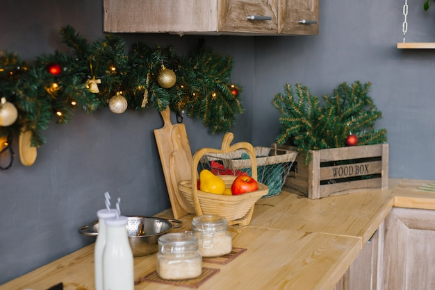 Utensili da cucina e cibo in cucina decorato per natale e capodanno