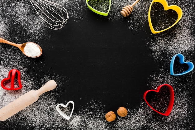 Utensili da cucina e cornice a forma di cuore