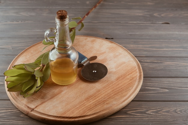 Utensili da cucina su un tavolo di legno