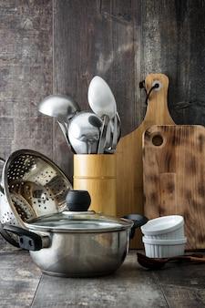 Utensili da cucina sul tavolo di legno