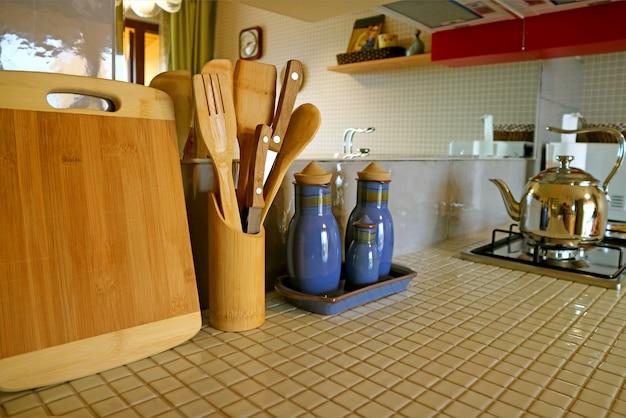Utensili di legno sul contatore di cucina piastrellato bianco