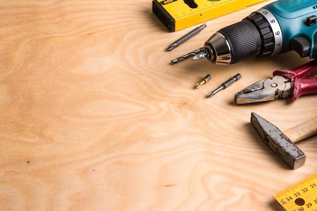 Utensili per l'edilizia su tavola di legno