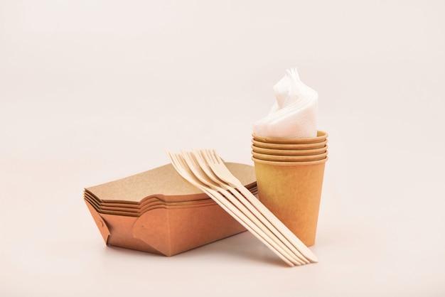Utensili usa e getta ecologici fatti di legno e carta di bambù