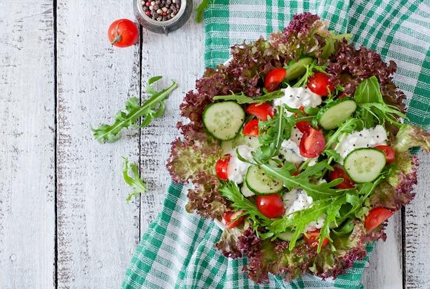 Utile insalata dietetica con ricotta, erbe e verdure
