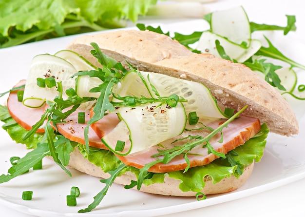 Utile panino con prosciutto ed erbe aromatiche