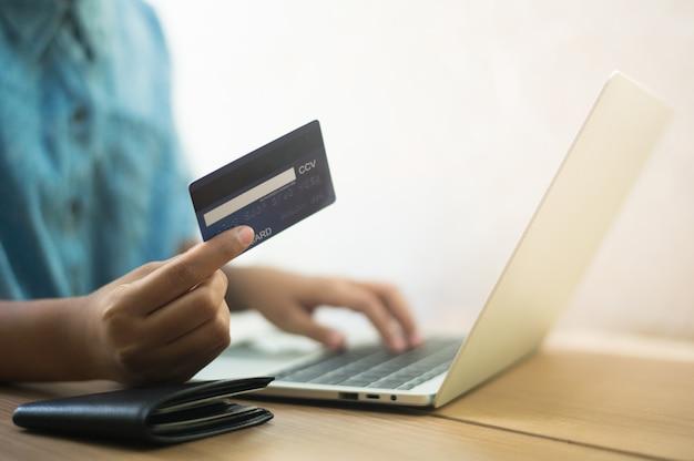 Utilizzare le carte di credito per acquistare prodotti online - immagini