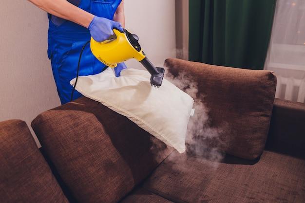Utilizzo del pulitore a vapore secco per sanificare il cuscino.