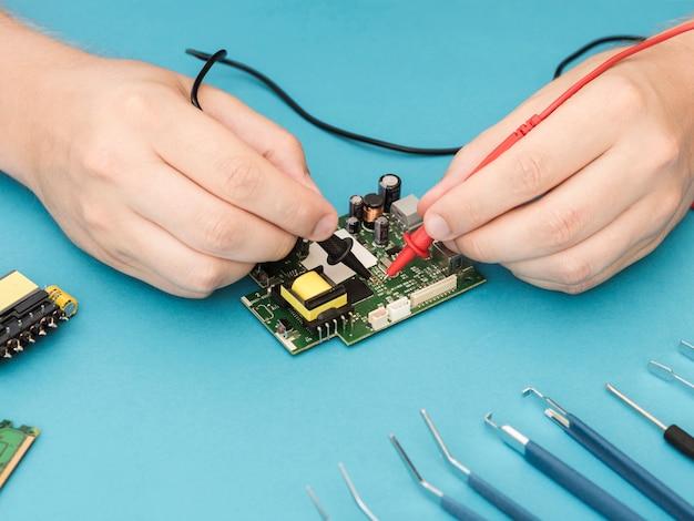 Utilizzo di un multimetro per diagnosticare un circuito