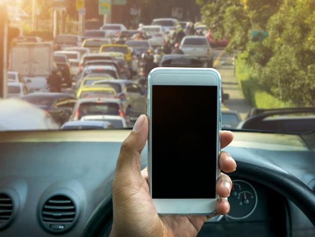 Utilizzo di uno smartphone durante la guida di un'auto
