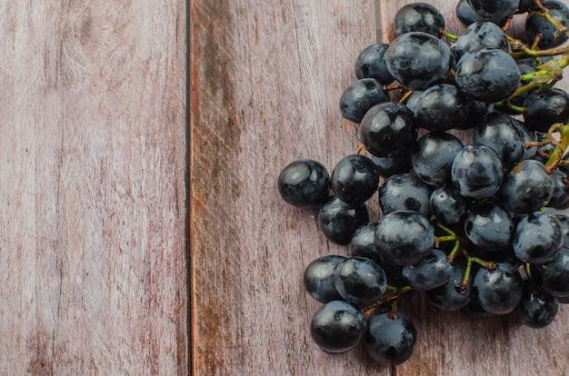 Uva blu con cibo sano foglia verde