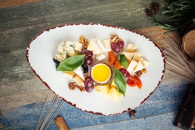 Uva classica dell'antipasto del formaggio matta