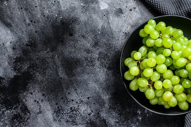 Uva matura verde in un piatto, frutti dell'autunno.