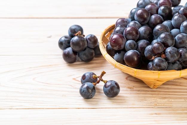 Uva nera fresca isolata