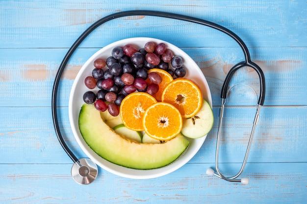 Uva nera, uva rossa, arance di valencia e frutti di melone