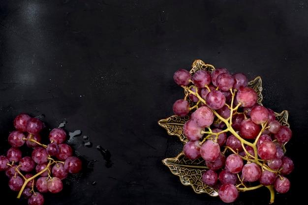 Uva rosa su sfondo nero