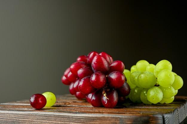 Uva rossa e verde su una tavola di legno