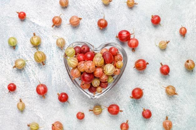 Uva spina dolci organiche fresche in ciotola