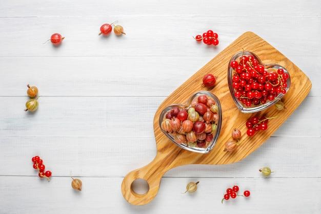 Uva spina e ribes rossi organici freschi in ciotole