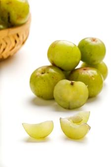 Uva spina su sfondo bianco