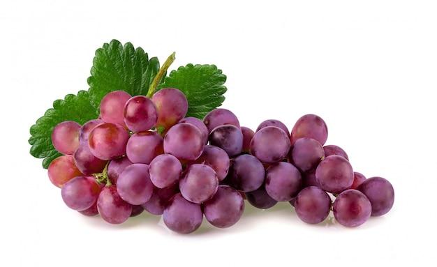 Uve rosse isolate su uno sfondo bianco